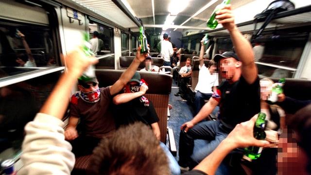 Schlachtenbummler im Zug.