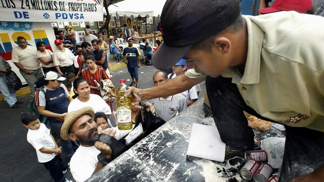 Die Regierung verteilt Lebensmittel an die Bevölkerung
