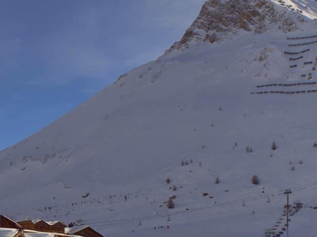 Blick auf einen verschneiten Berg.