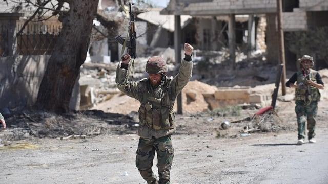 Soldaten recken die Hände nach oben.
