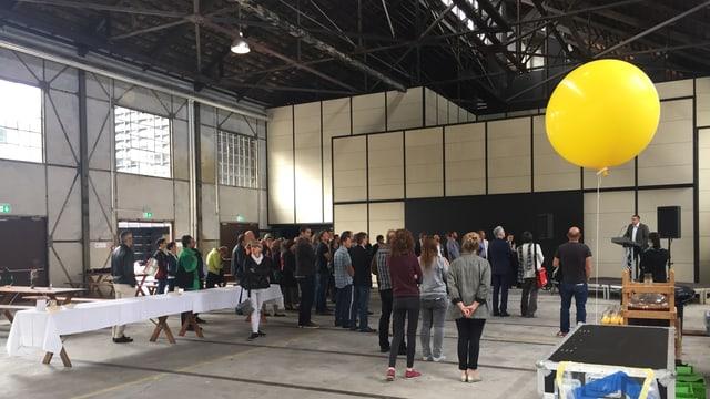 Blick in die Halle mit Leuten am Eröffnungsfest