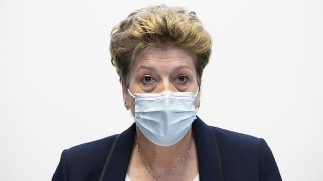 Frau mit Maske.