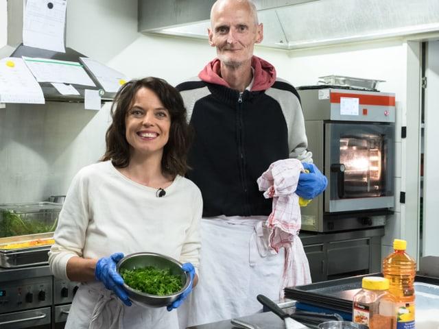 Mona verbringt 3 Tage in der Gassenküche in Luzern. Zusammen mit dem Gassenküchenbesucher Andy packt sie in der Küche an