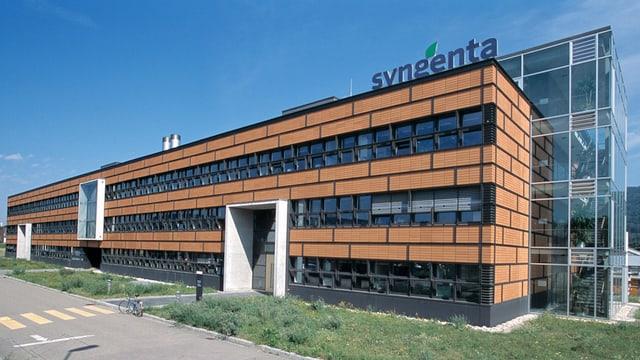 Hier sieht man ein Gebäude. Oben rechts auf dem Dach steht die Aufschrift Syngenta.