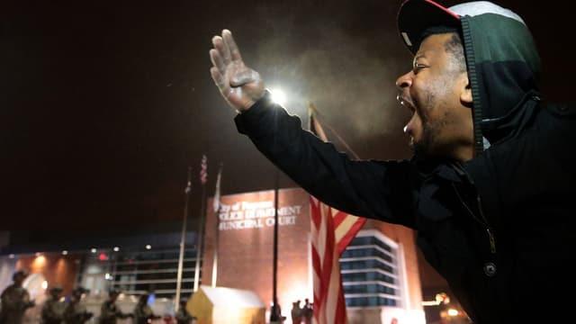 Mann schreiend vor Gericht in Ferguson.