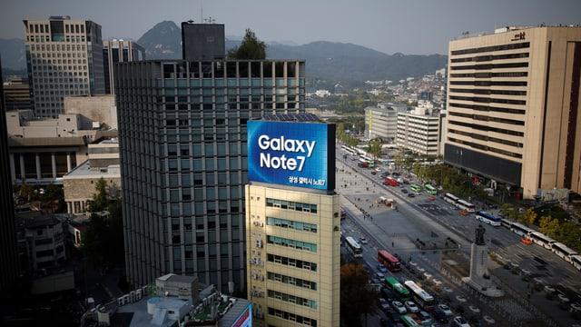 Aufnahme von Oben, Strassenzug in Seoul mit grosser Werbung für Galaxy Note 7.