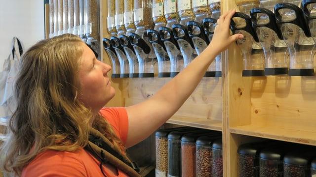 Frau in einem Laden