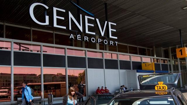 Eingang am Flughafen Genf mit Logo.