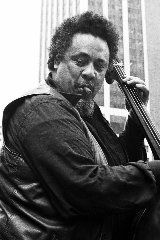 Charles Mingus spielt Bass in New York. Das Foto entstand 1976.