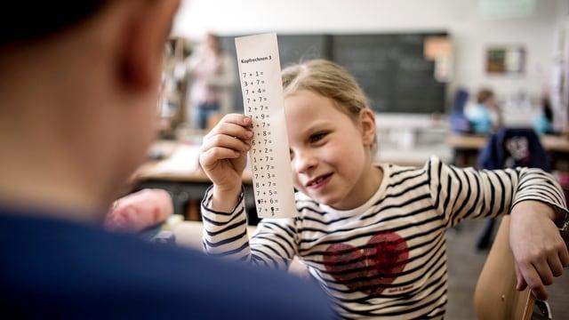 Ein Mädchen lernt mit ihrem Schulkameraden Kopfrechnen. (keystone)