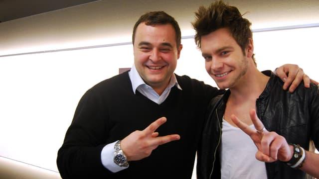 «The Voice»-Kandidat Ricardo Sanz posiert mit Hitparaden-Moderator Michel Birri im Studio von SRF 3.
