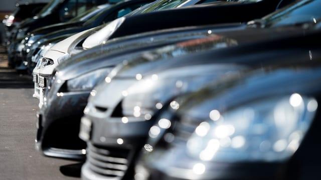 parkierte Autos in einer Reihe
