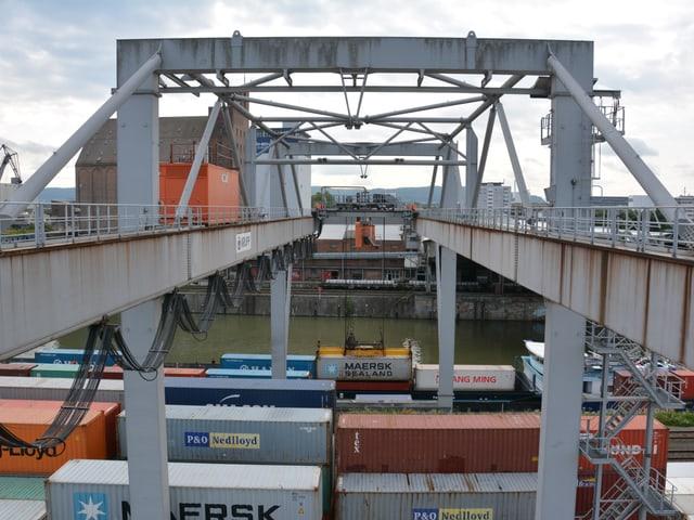 Kran im Hafen Basel