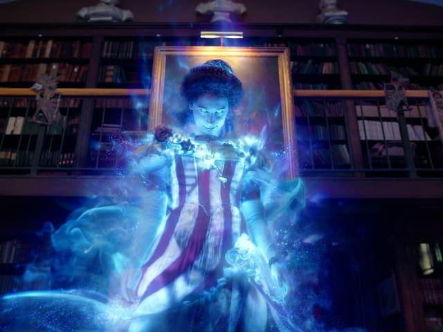 Auf dem Bild ist ein grosser Geist zu erkennen. Es ist eine Frau mit einem rot-weiss gestreiften Kleid.