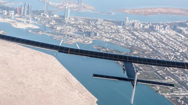 Die «Solar Impulse 2» über Abu Dhabi