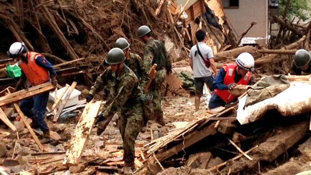Soldaten und Helfer suchen nach Überlebenden in Hiroshima.