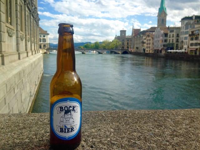 Bierflasche vor Zürcher Stadtsilhouette