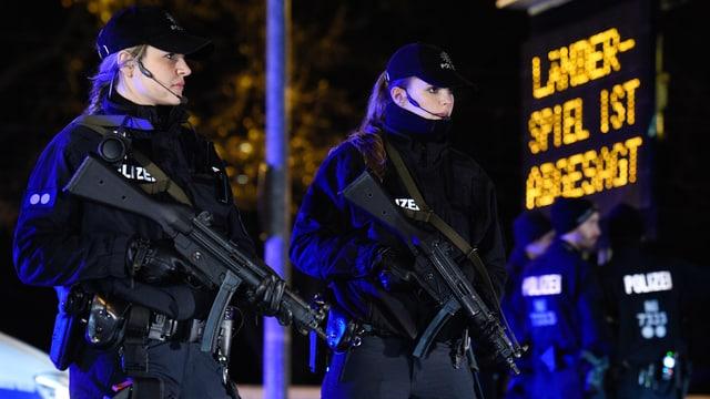 Zwei Polizistinnen