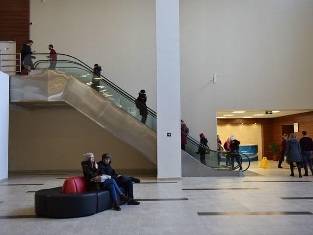 Studenten im Innern des Hauptgebäudes