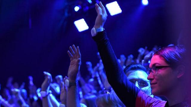 Zuschauerin mit Emo-Band um Handgelenk