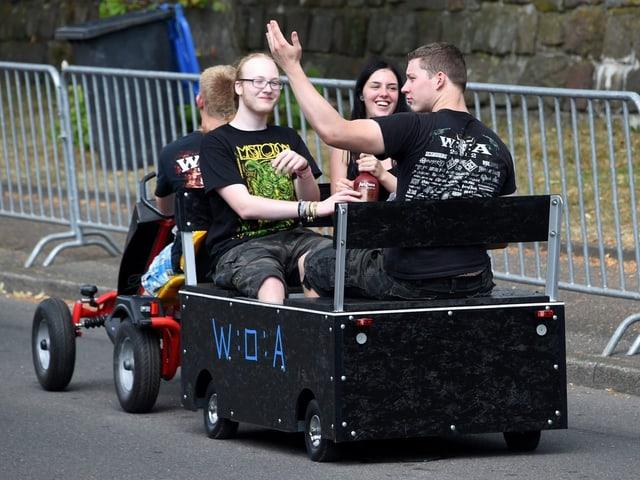 Metal-Fans auf dem Weg ach Wacken.