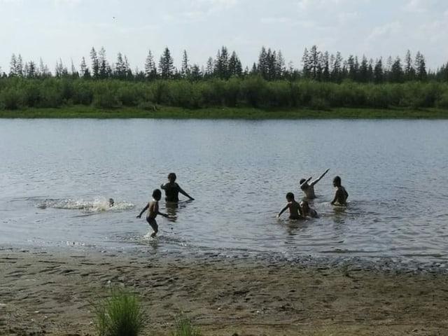 Kinder baden in See/Fluss