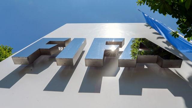 Das Logo der Fifa im Sonnenlicht.
