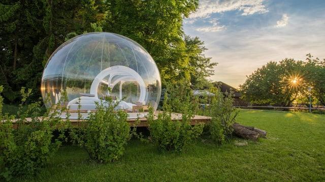 Durchsichtiges kugelförmiges Zimmer in der freien Natur.