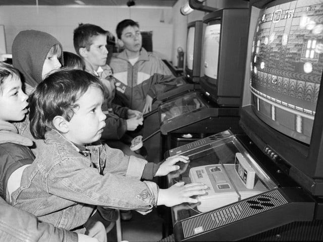 Kinder spielen Computerspiele