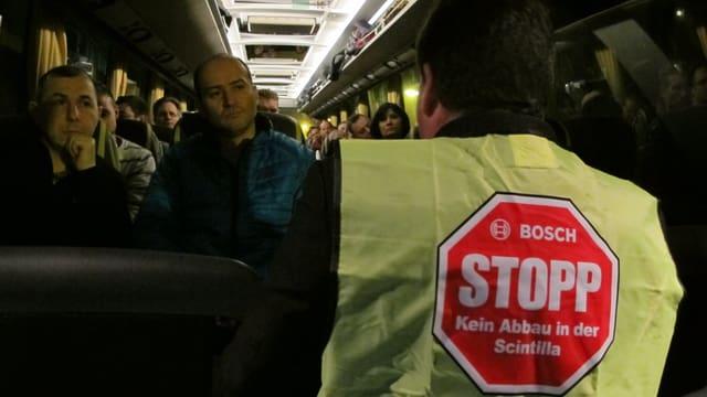 Wehren sich gegen den geplanten Stellenabbau: 260 Scintilla Mitarbeiter fahren zum Mutterhaus Bosch nach Deutschland.