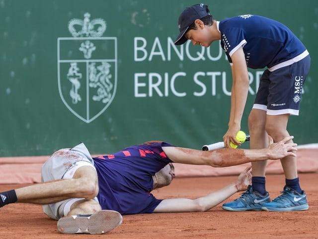 Alexander Zverev sucht nach einem langen Ballwechsel beim Balljunge Hilfe.