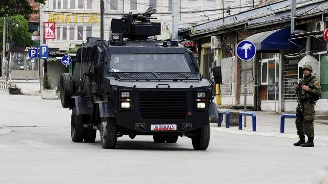 Gepanzertes Fahrzeug und schwerbewaffnete Polizisten in Kumanovo