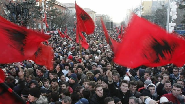 Protestierende mit Kosovo-Flagge