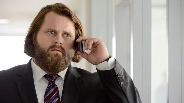 Antonine Monot Jr. als Anwalt Benni Hornberg am Telefon.