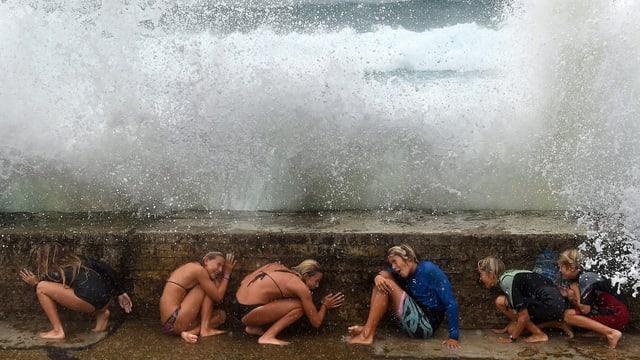 Kinder spielen mit den Meeresfluten, ausgelöst durch den Sturm «Marcia».