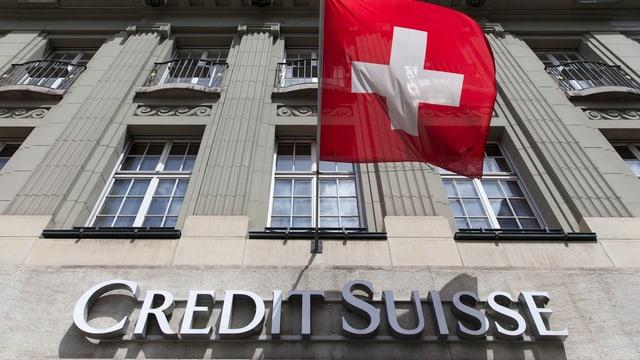 Credit-Suisse Gebäude mit Schweizer Flagge.