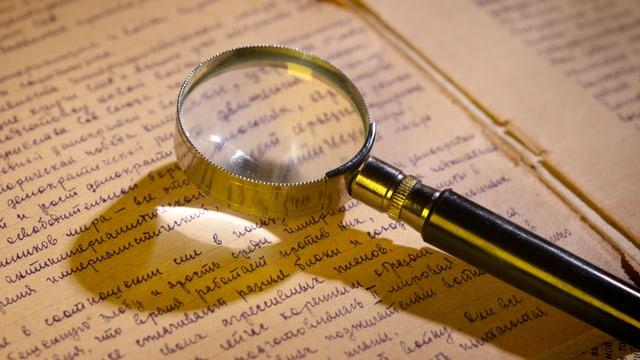 Lupe liegt auf Brief
