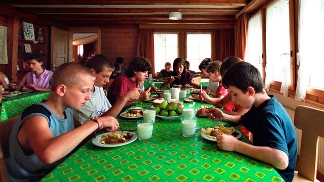 Kinder beim Mittagessen im Kinderdorf