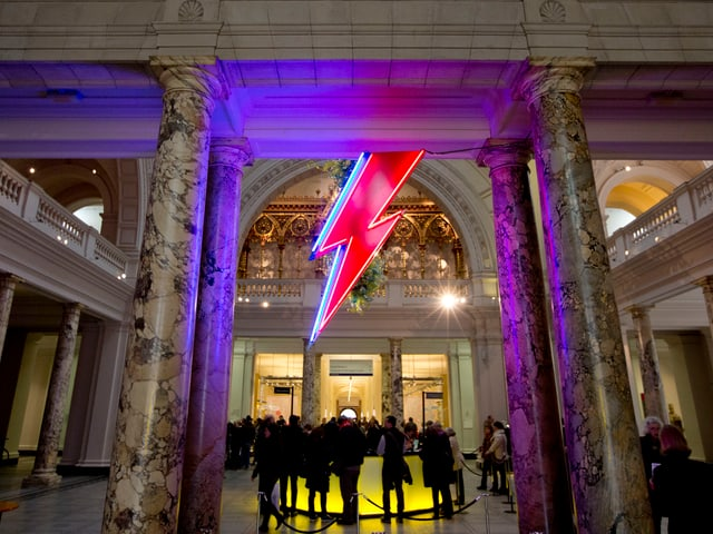 Ein roter Neonblitz aus der Aladdin Sane Tour ziert den Eingang zur Ausstellung.