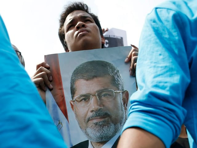 Demonstrant mit Mursi-Bild.