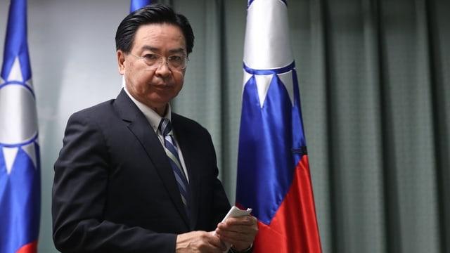 Taiwans Aussenminister Joseph Wu gibt vor den Medien den Wechsel Kiribatis zu China bekannt.