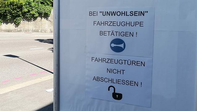 Plakat mit Hinweis, bei Unwohlsein zu hupen.