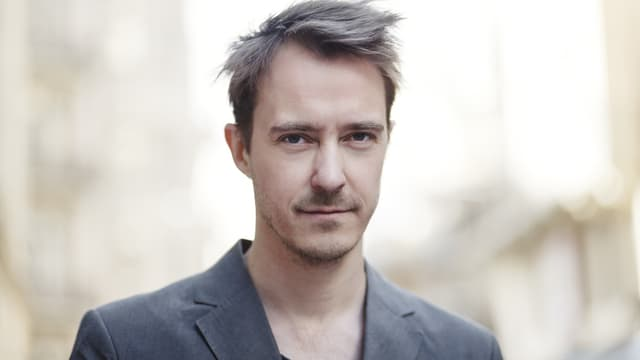 Ein Porträt von Jonas Karlsson.
