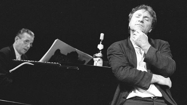Im Vordergrund sitzt Wolfram Berger in nachdenklicher Pose, dahinter Thomas Rabenschlag am Flügel spielend.