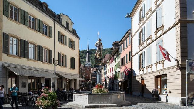 Altstadt von La Neuveville mit Brunnen.