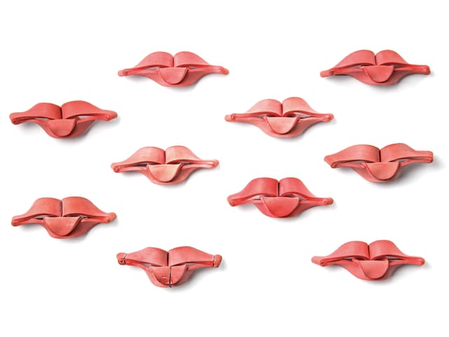 Zehn rosa Lippen-Skulptuen von David Bielander.