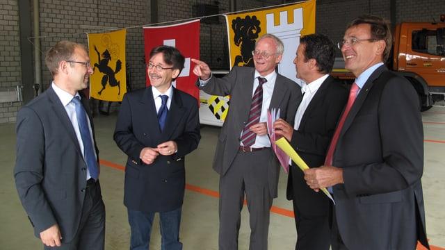 Regierungsrat Reto Dubach (Mitte), Stadtpräsident Thomas Feurer (2.v.r) und Stadtrat Raphaël Rohner (2.v.l.) im Werkhof.