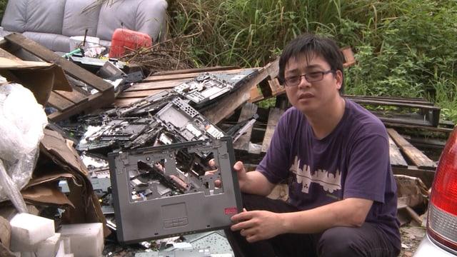 Der chinesische Umwelt-Aktivist Lai Yun auf einer Elektromüllhalde mit Müll aus den USA.
