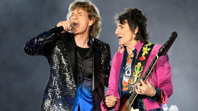 Sänger Mick Jagger und Gitarrist Ron Wood auf der Bühne im Letzigrund