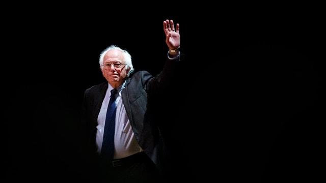 Sanders sulet sin in palc stgir ch'el salida il public.
